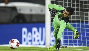 Andrés Gudiño atajando un penal a Tigres