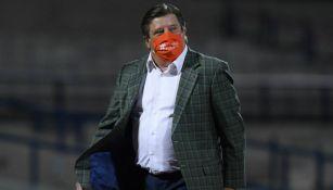 Piojo Herrera con cubrebocas en el partido vs Chivas
