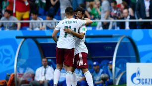 Chicharito abraza a Vela en un partido del Tri