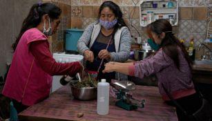 Mujeres indígenas prepararan medicamentos con plantas medicinales