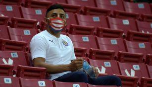 Alexis Vega, en las gradas del Estadio Akron en un duelo de Chivas