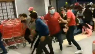 VIDEO: Pese a Coronavirus, compradores entraron a empujones a un supermercado