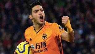 Raúl celebrando un gol con los Wolves