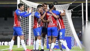Chivas en celebración de gol