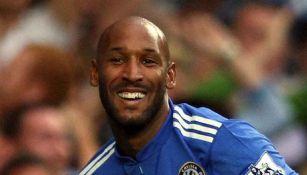 Anelka sonríe en un juego del Chelsea