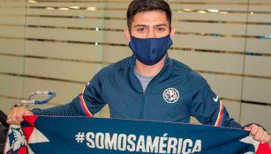 Díaz muestra con orgullo una bufanda del América
