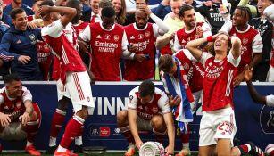 Momento en el que Aubameyang tiró el trofeo