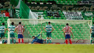 Acevedo ataja un penalti a JJ Macías