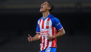 Uriel Antuna durante un partido con Chivas