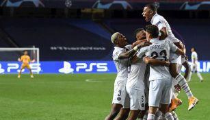 Jugadores del PSG celebran gol ante Atalanta