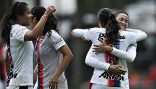 Jugadoras de Chivas Femenil festejan uno de los goles