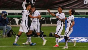 Dinenno y sus compañeros celebran un gol con Pumas