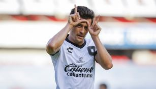 Fernando Madrigal festeja su gol con Gallos