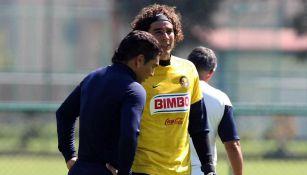 Salvador Cabañas y Guillermo Ochoa en entrenamiento con América