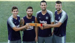 Sergi, Messi, Busquets y Piqué posan con el gafete de capitán