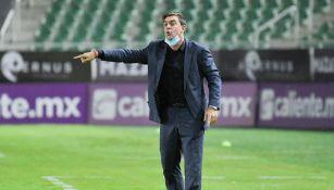 Pablo Guede durante un partido con Xolos