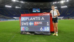 Duplantis posa con orgullo con su nueva marca