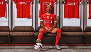 Thiago Alcántara posa en el vestidor del Liverpool