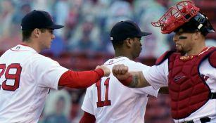 Jugadores de Red Sox festejan el triunfo
