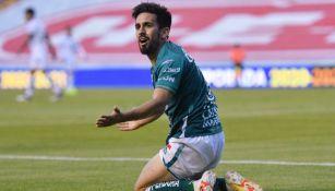 Fernando Navarro adolorido en el césped
