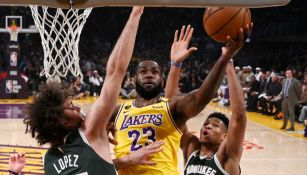LeBron James busca anotar en un juego contra los Bucks