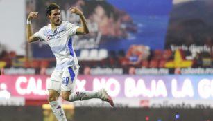 Santiago Giménez durante un partido con Cruz Azul