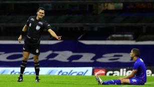 Jorge Antonio Pérez Durán le dice que no es penalti a Rivero