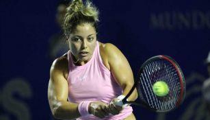 Renata Zarazúaimpacta la pelota en un juego
