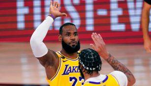 Davis y LeBron celebran en partido ante el Heat
