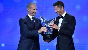 Robert Lewandowski recibe el premio de Aleksander Ceferin