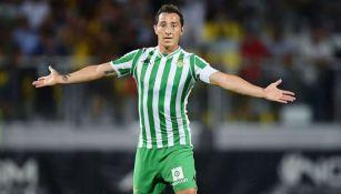 Andrés Guardado durante un duelo con el Betis en España