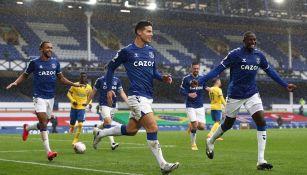 Jugadores del Everton celebran gol vs Brighton