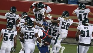 Jugadores de Eagles celebran un 'pick six'