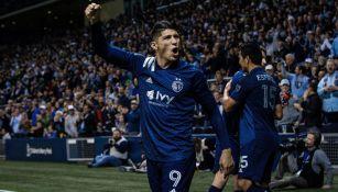 Alan Pulido festeja un gol con el Sporting KC en MLS