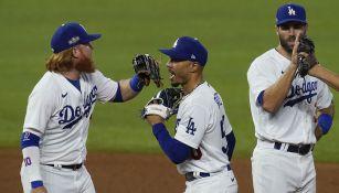 Jugadores de Dodgers festejan la victoria sobre Padres