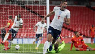 Connor Coady festeja su gol ante Gales