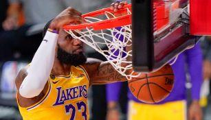 LeBron James realiza una clavada con los Lakers