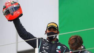 Lewis Hamilton con el casco de Schumacher