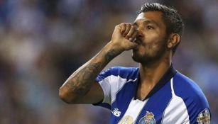 Jesús Corona durante un partido con Porto