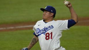 Víctor González en acción con Dodgers
