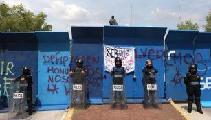 Barricada policial impidió derribo de estatua de Colón