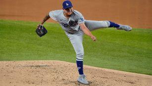 Urías lanza la bola con los Dodgers