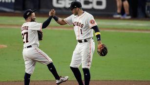 Altuve y Correa se felicitan tras el triunfo ante Tampa Bay