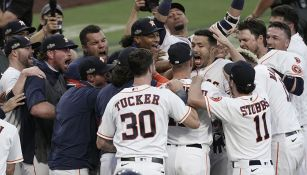 Jugadores de Astros festejan la victoria sobre Rays