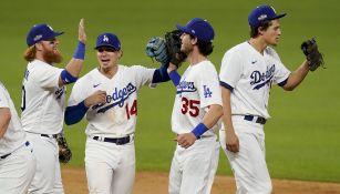 Jugadores de los Dodgers celebran el triunfo