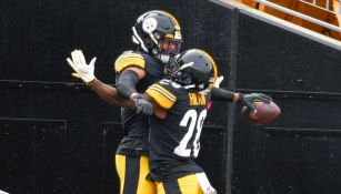 Jugadores de Steelers festejan la victoria