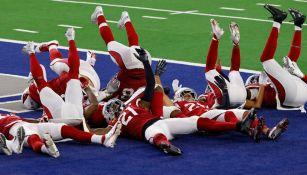 Jugadores de Arizona festejan una intercepción a Dallas