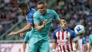 Acción en el Chivas vs Cruz Azul