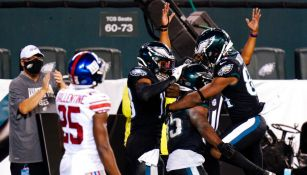 Jugadores de Eagles festejan TD ante Giants