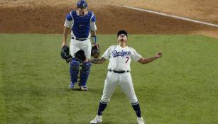 Julio Urías en festejo con Dodgers